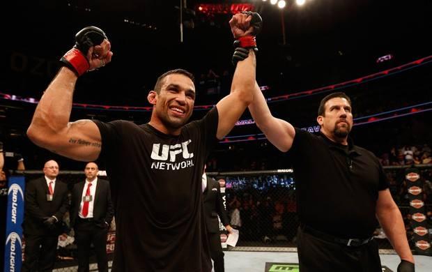 Werdum domina Browne e fica a um passo do cinturão do UFC