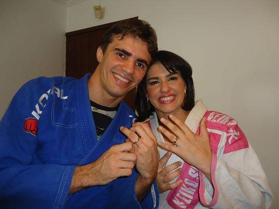 Almir e Amanda com suas alianças e kimonos devidamente vestidos. Foto: Arquivo Pessoal