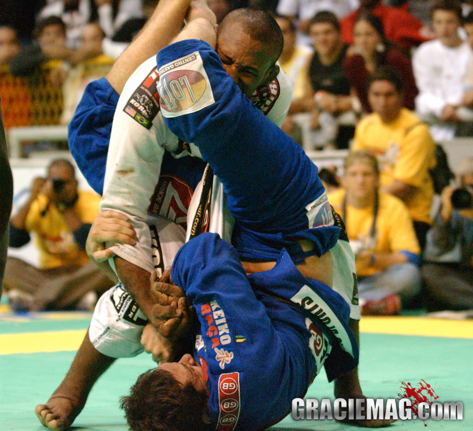 I'm not stopping! I'm not stopping! – Jacaré, in 2004, after escaping Roger's armbar. Photo by Gustavo Aragão