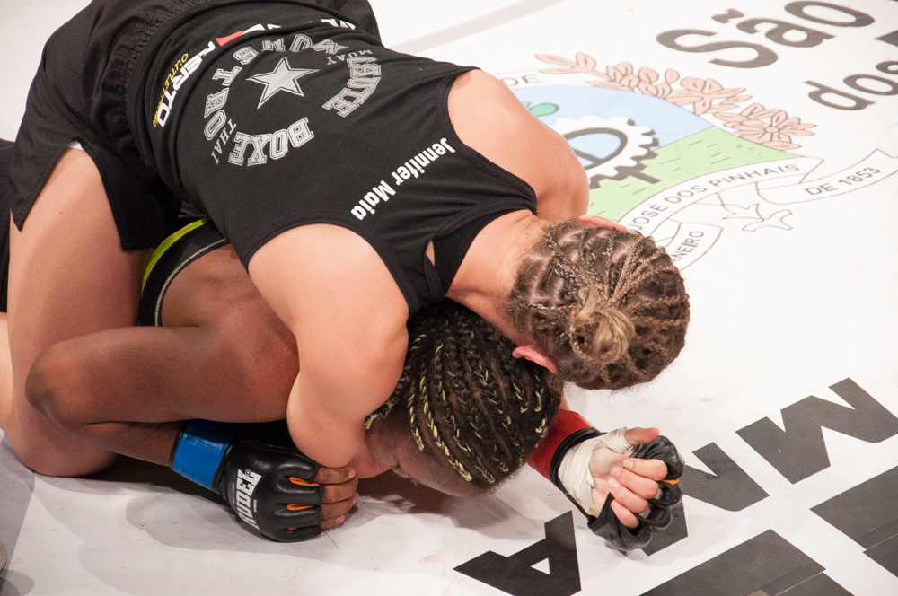 O mata-leão de Jennifer Maia na luta principal do Talent 9. Foto: Welington Borges
