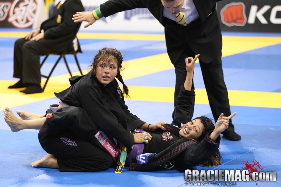 Depois de virar a luta, Bianca Basílio vibra com a vitória. Foto: Ivan Trindade/GRACIEMAG