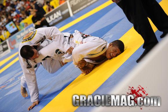 Gilbert Durinho contra Langhi no Mundial 2010 Foto GRACIEMAG