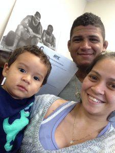 GIlbert Durinho, com sua esposa Bruna e o filho Pedro, exibindo orgulhoso seu contrato  com o UFC.