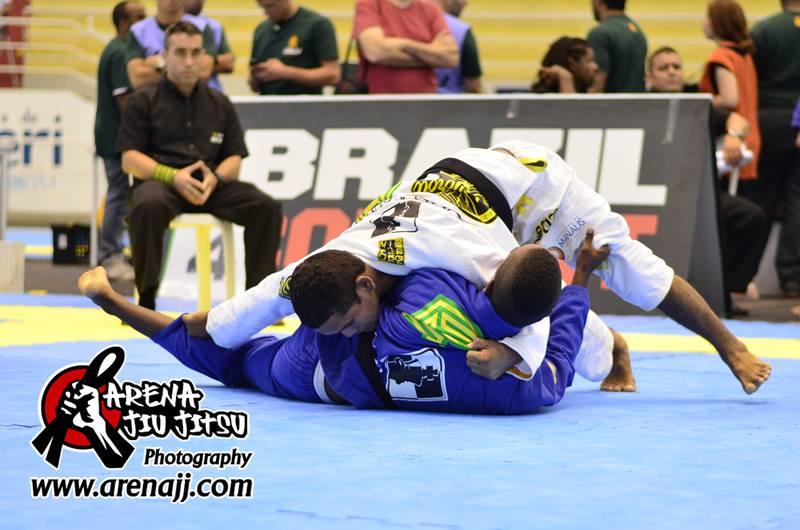 Ivaniel Oliveira passa a guarda de João Pedro. Foto: Marco Aurélio/Arena Jiu-Jitsu