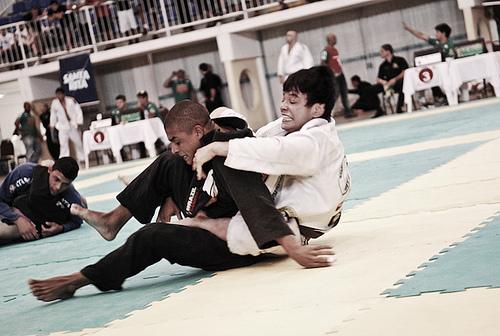 Jiu-Jitsu: aprenda o berimbolo com perfeição na aula dos irmãos Miyao