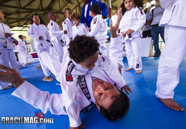 Minotouro incentiva projeto que ensina Jiu-Jitsu de graça a crianças