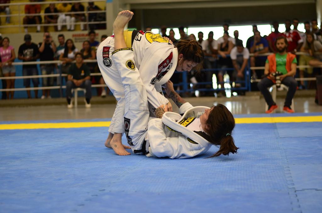 Talita por cima de Mackenzie na final do absoluto faixa-preta. Foto: Marco Aurélio Ferreira/Arena JJ