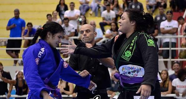 Tayane cumprimenta Ana Carolina Srour após a final do absoluto. Foto: Marco Aurélio/ArenaJJ.com