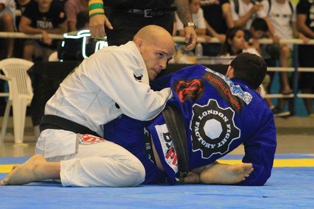 Xande na semifinal do absoluto contra Renato Cardoso. Foto: Jessica Barbosa/Divulgação CBJJ