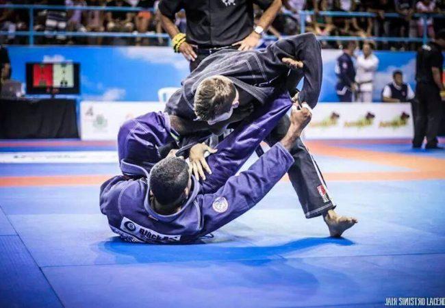 Como você passa a guarda-laçada no Jiu-Jitsu?