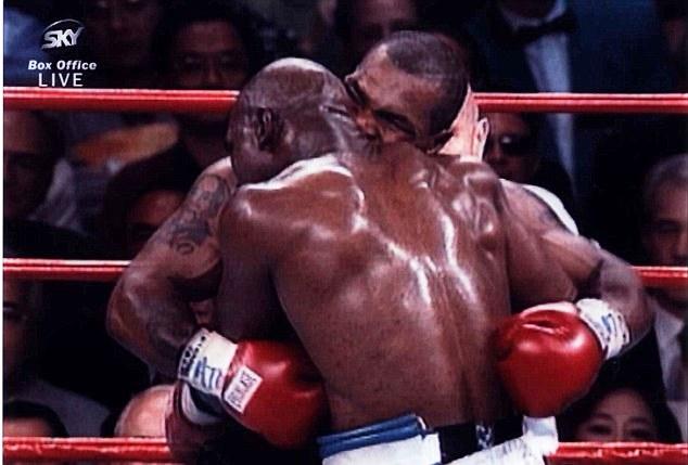 A histórica mordida de Tyson na orelha de Holyfield. Foto: Reprodução