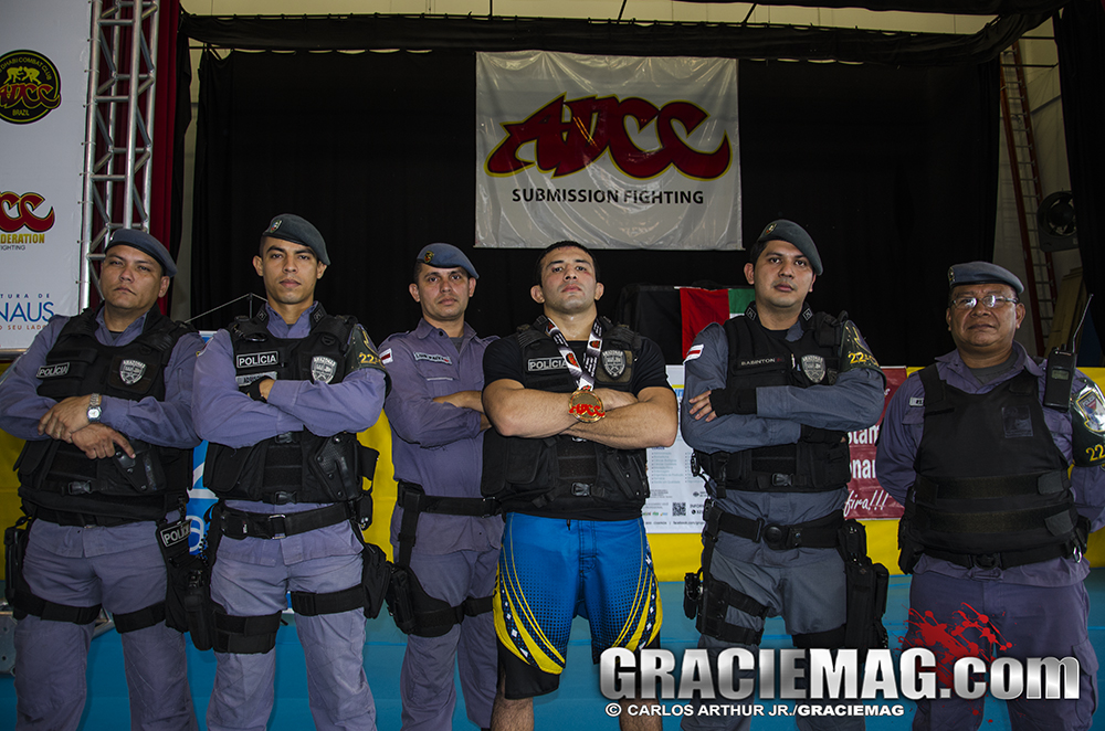 O tenente Tasso Oliveira, campeão até 77kg, acompanhado de sua tropa da PM do Amazonas. Foto: Carlos Arthur Jr.