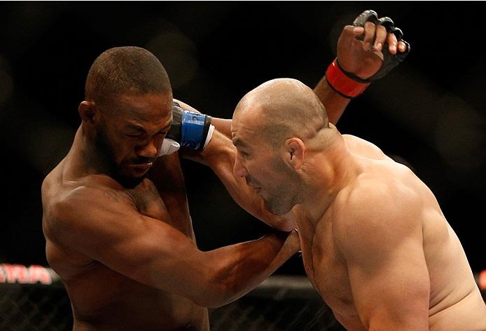 Glover batalhou cinco rounds com Jones em sua última luta, mas perdeu na decisão. Foto: UFC/Divulgação