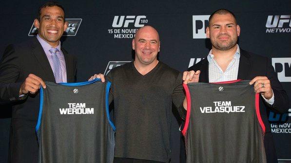 """Werdum e Velasquez com suas respectivas blusas do """"TUF América Latina"""". Foto: UFC/Divulgação"""