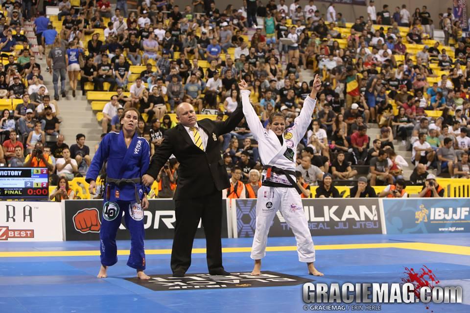 Bia Mesquita comemora vitória no Jiu-Jitsu. Foto: GRACIEMAG