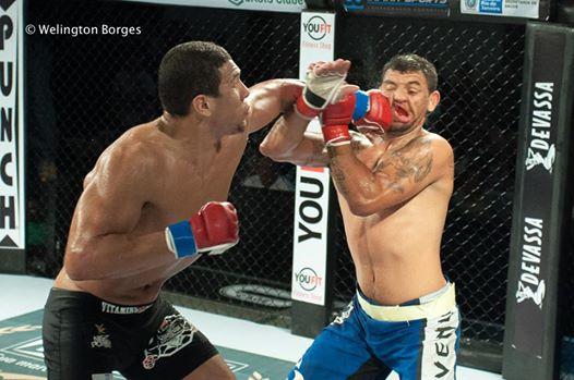 Luiz KLB na vitória sobre Felipe Avelar na luta principal. Foto: Welington Borges