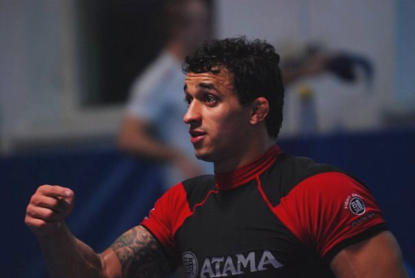 """Jiu-Jitsu: Romulo Barral ensina estrangulamento e """"apaga"""" companheiro de treino"""