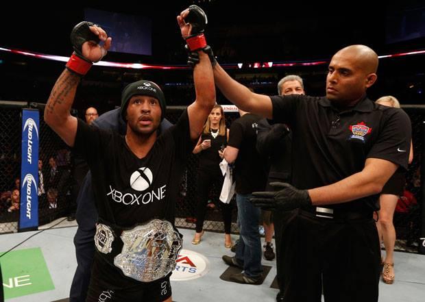 Demetrious Johnson recebe, mais uma vez, seu cinturão peso-mosca do UFC. Foto: Facebook/UFC