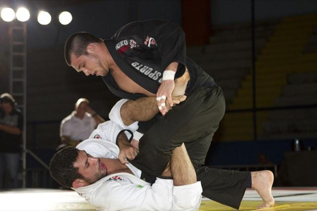 Jiu-Jitsu: Engane o adversário e aplique uma raspagem da guarda laçada