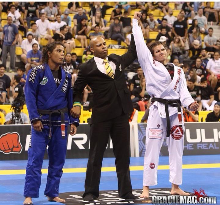 Ana Laura Cordeiro vence Hannette nas vantagens na final meio pesado do Mundial 2014