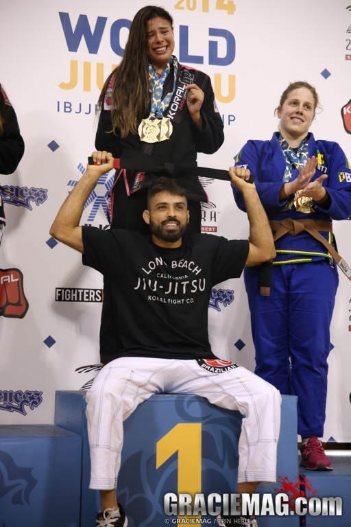 After shining in the absolute, Monique received her black belt from the hands of Mario Reis. Photo: Erin Herle / GRACIEMAG