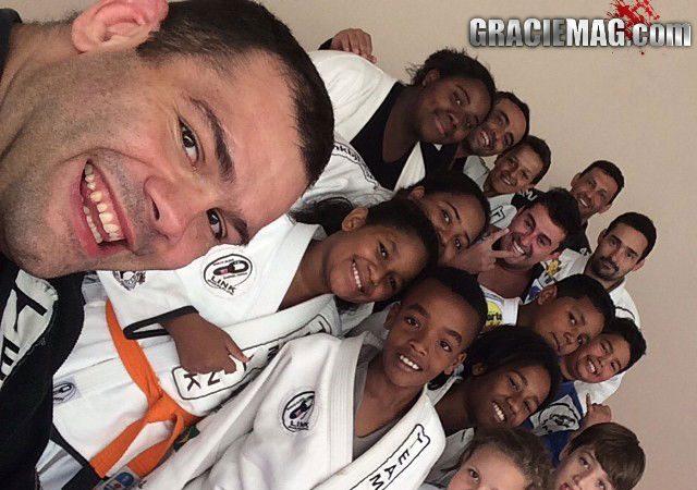 Gabriel Napao do UFC e a criancada em Uberlandia