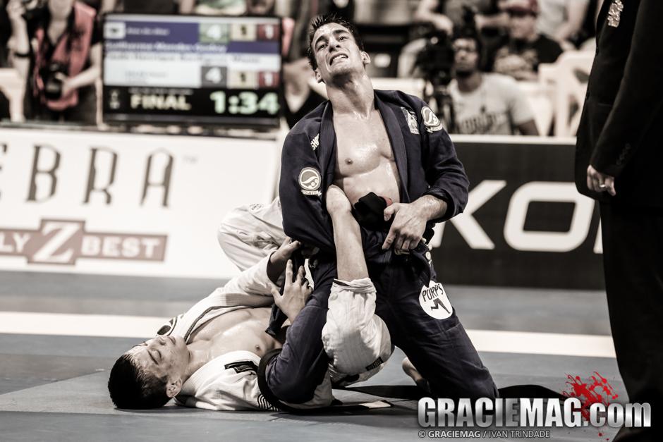 Gui Mendes ataca o pé de Paulo Miyao, no Mundial 2014. Foto: Ivan Trindade/GRACIEMAG