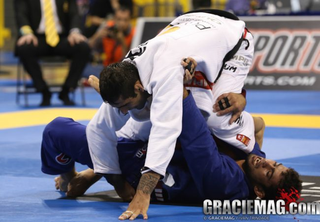 Gire pras costas ao estilo Leandro Lo, tricampeão mundial de Jiu-Jitsu