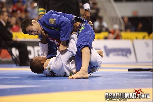 João Miyao contra Ivaniel Oliveira, na semifinal do peso-galo. Foto: Ivan Trindade/GRACIEMAG