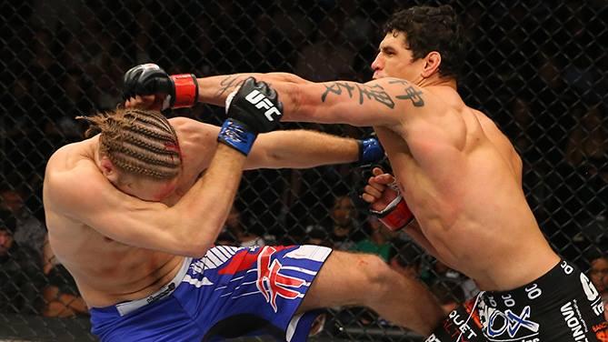 Mutante acerta um soco no adversário. Foto: UFC/Facebook