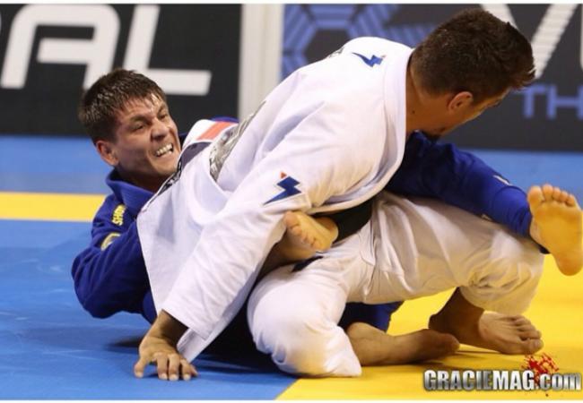 Jiu-Jitsu: Pegue as costas com um improvável berimbolo do cem-quilos