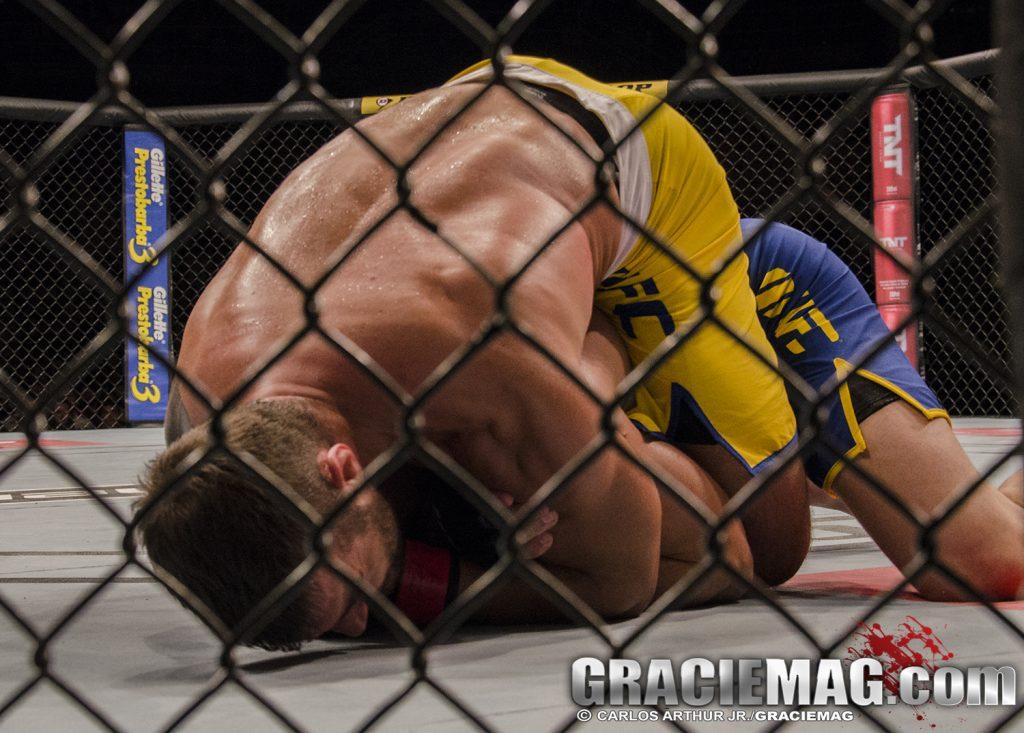 O mata-leão de Ricardo Demente para vencer em sua estreia no UFC. Foto: Carlos Arthur Jr/GRACIEMAG
