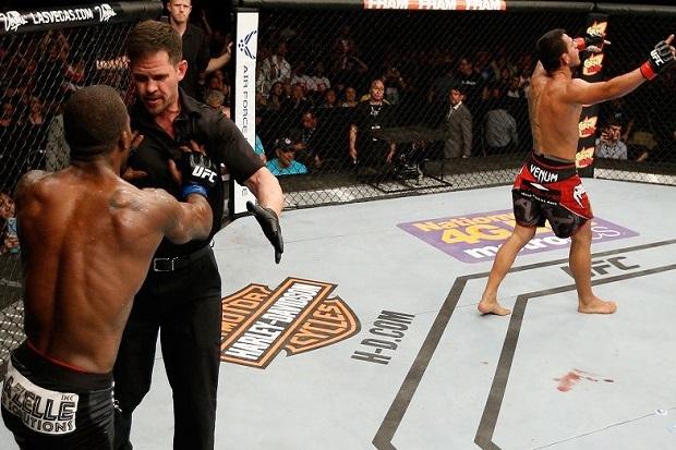 Rafael comemora enquanto Jason High tira satisfações com o árbitro. Foto: UFC/Divulgação
