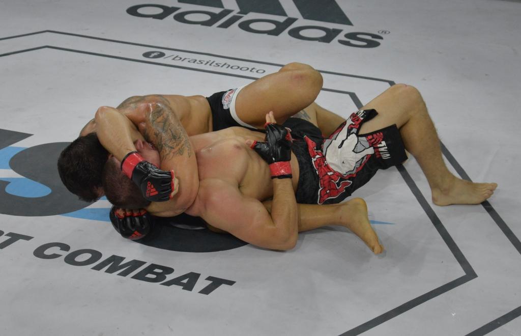O katagatame de Kiko France na luta principal do Shooto. Foto: Marcelo Viana/Divulgação