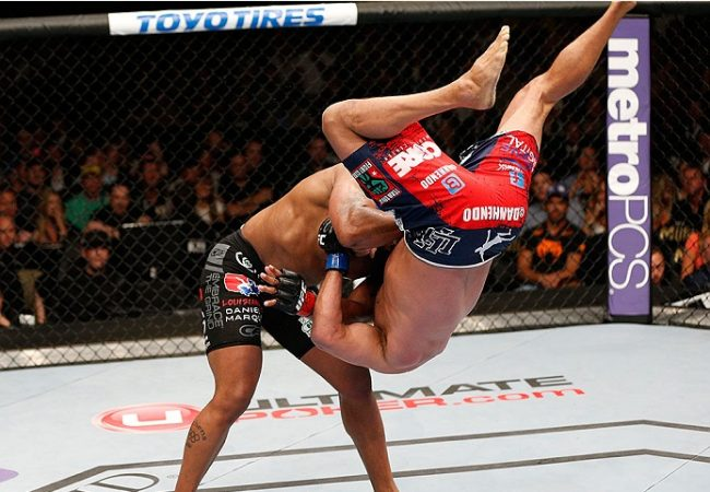 Vídeo: o quedão de Cormier e os golpes de Dillashaw na câmera lenta do UFC 173