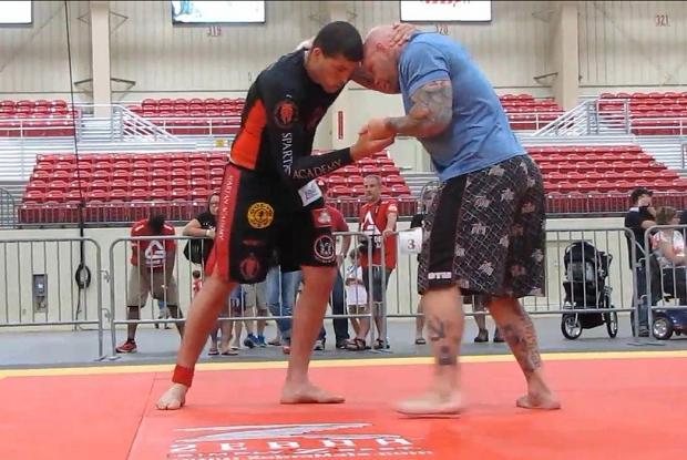 Como você finalizaria o peso pesado Jeff Monson? Guybson ensina: nas costas
