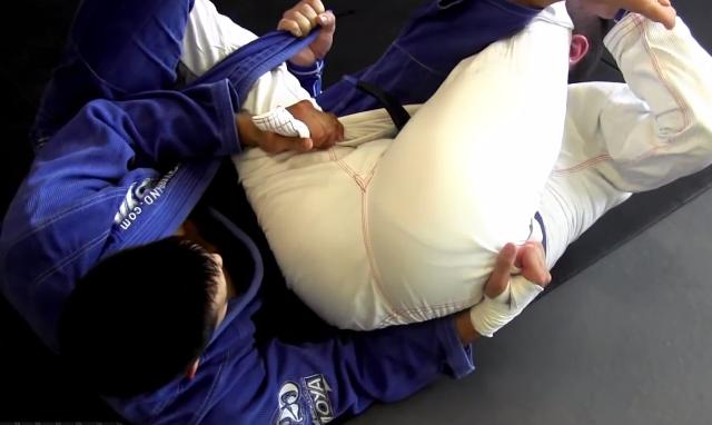 Jiu-Jitsu: Raspe com a guarda-lapela e finalize no armlock