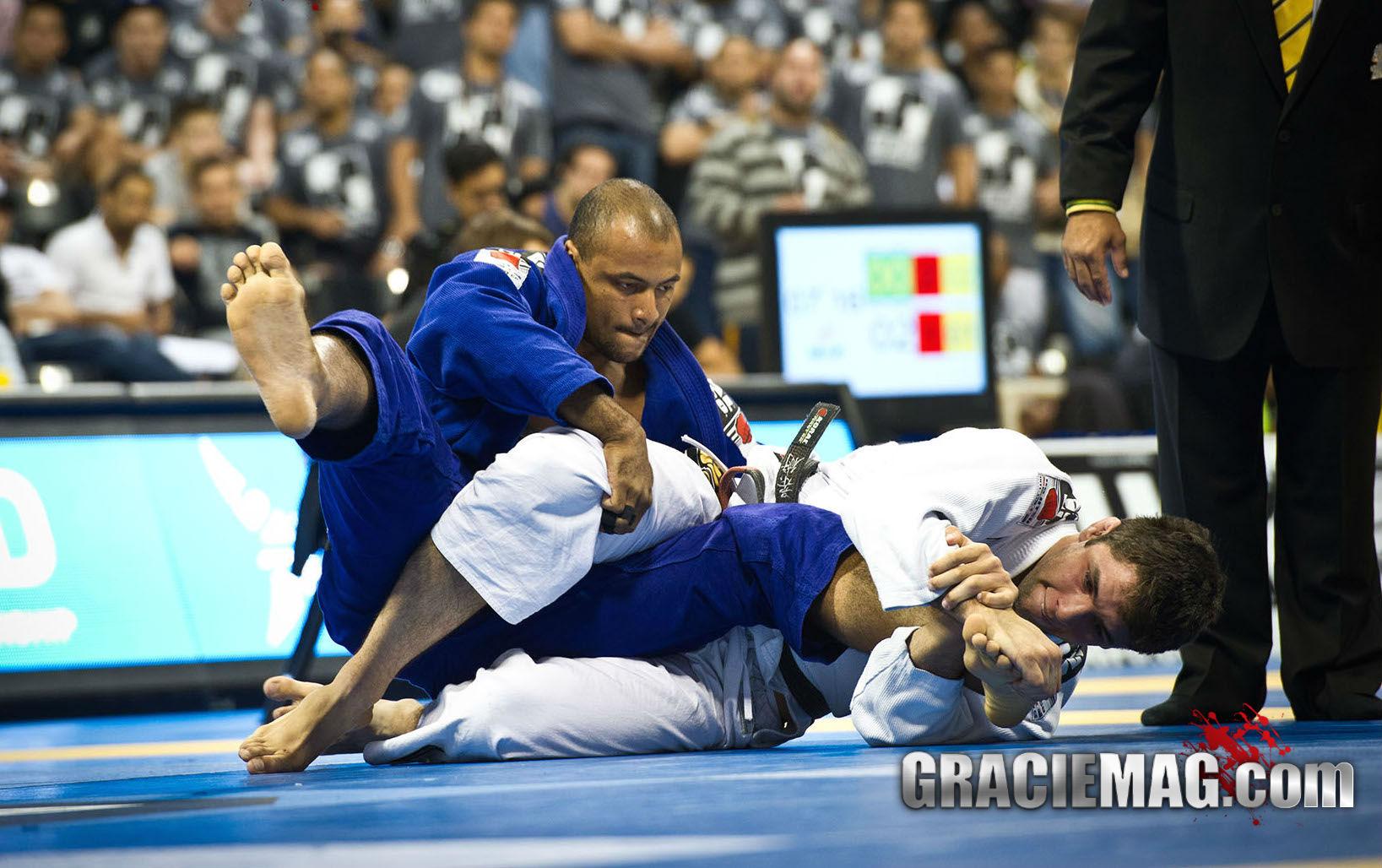 Marcus Buchecha arrocha o pe do adversário. Foto: Dan Rod/GRACIEMAG