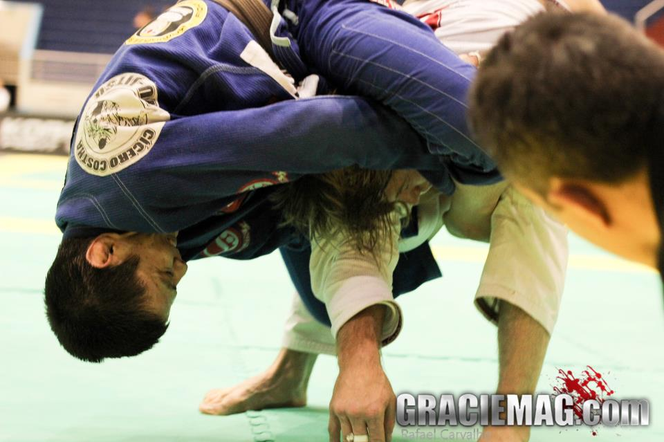 Paulo Miyao applying a choke. Photo: GRACIEMAG