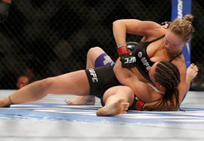 Ronda Rousey bota cinturão em jogo contra Cat Zingano no UFC 182