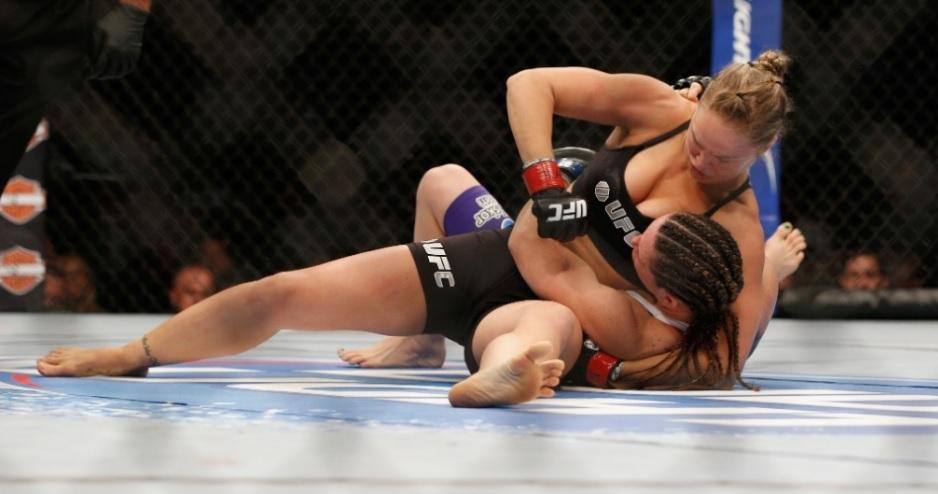 O momento que Ronda nocauteia Alexis. Foto: UFC