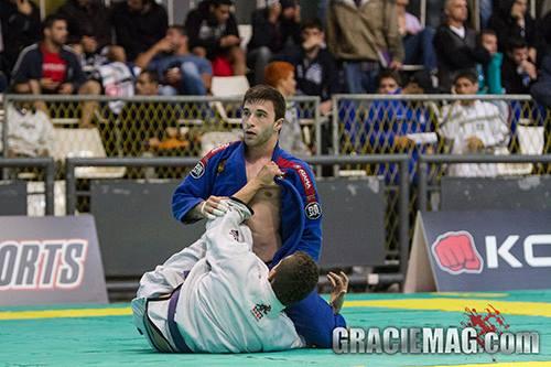 Aprenda uma raspagem boa para pegar as costas no Jiu-Jitsu