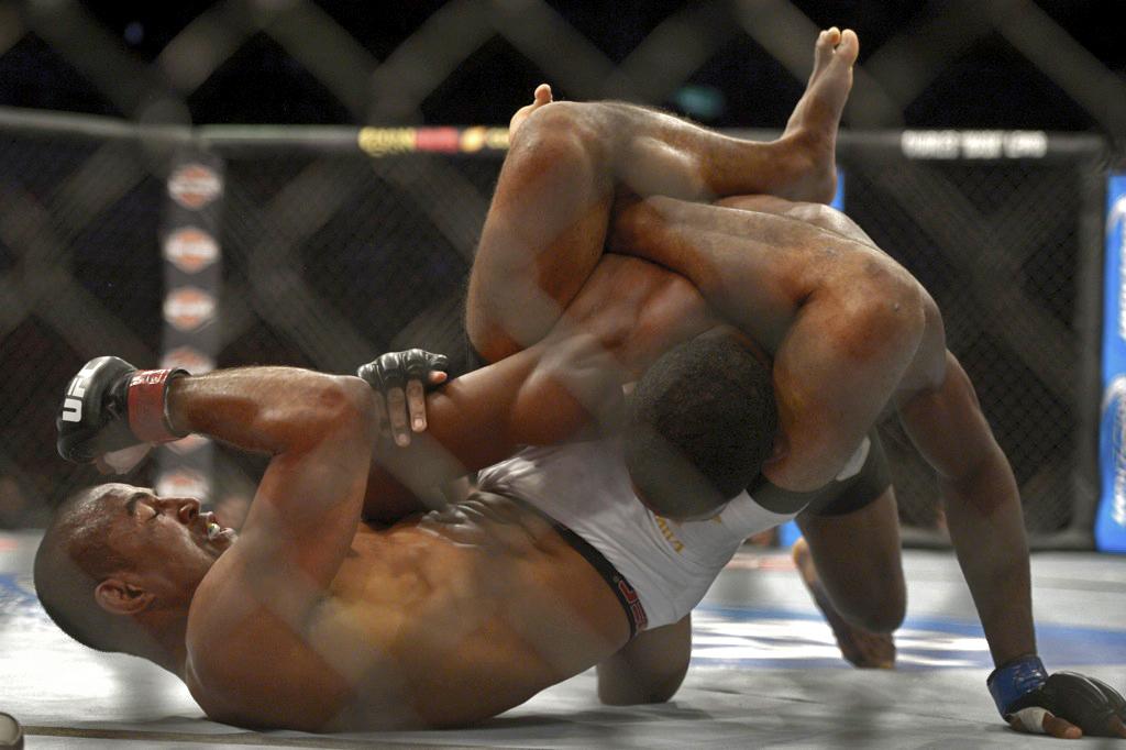 O triângulo de Serginho Moraes em Neil Magny no UFC. Foto: Inovafoto