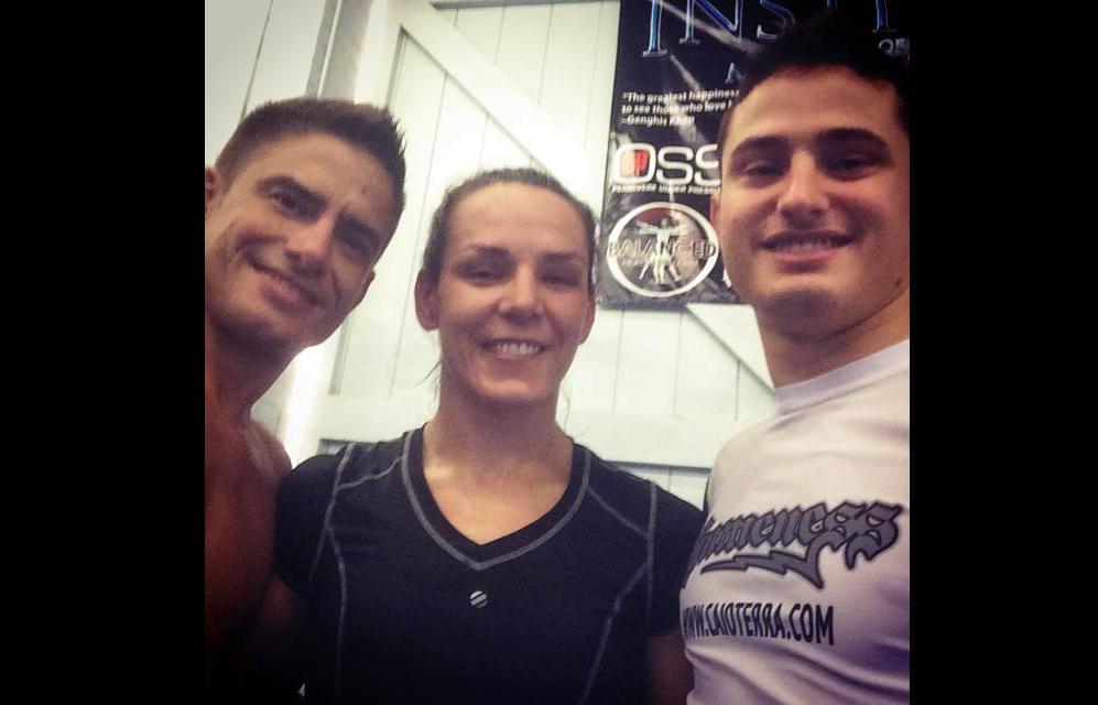Caio Terra (dir.) com Flávio Meier e Alexis Davis após o treino. Foto: Reprodução
