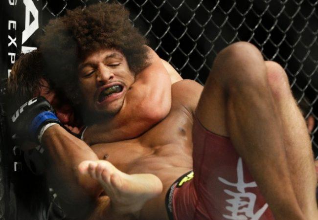 Vídeo: O estrangulamento de Urijah Faber em Alex Caceres no UFC 175