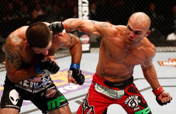 UFC: Lawler vence Brown e Johnson nocauteia Minotouro em 44s na Califórnia