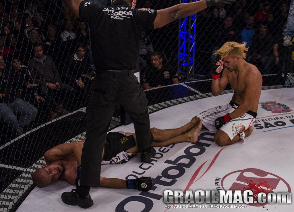 "José ""Suavesito"" após nocautear fulano em sua luta. Foto: Carlos Arthur Jr./GRACIEMAG"