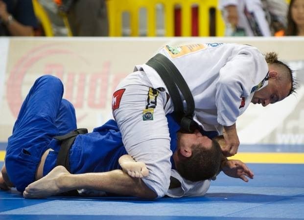 Flash Class: Learn how to use the spider-guard and finish with a triangle in Jiu-Jitsu