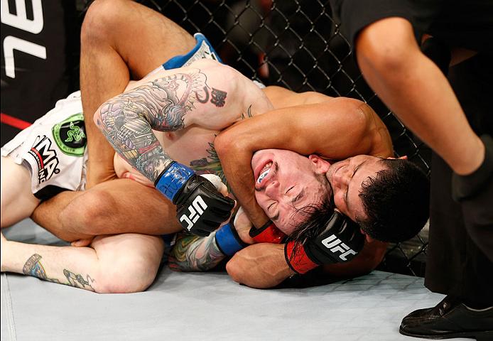 O mata-leão de Jussier Formiga em sua mais recente vitória no UFC. Foto: Divulgação