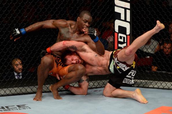 Um das várias quedas de Bader em St-Preux na luta principal do UFC. Foto: Jeff Bottari/Zuffa LLC via Getty Images